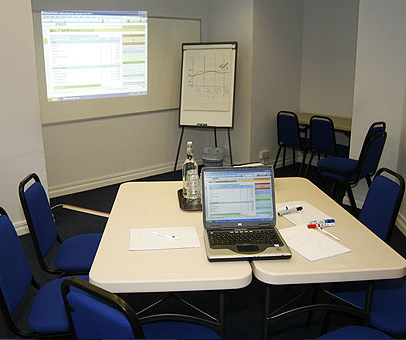 How to organise a meeting room? Learn the fundamentals.